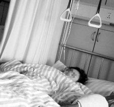 车祸中受伤的女生小徐仍在医院治疗-情侣校园内遇车祸 事发瞬间男方...