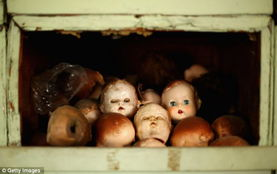 ...他零部件组装在一起.-探访悉尼百年玩偶医院 让破旧玩偶获新生