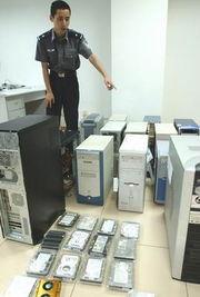 警方查获淫秽色情网站的部分电脑主机和硬盘(图片来源:新华社)-...