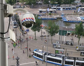 这类摄像头为球形状摄像头,可喜的是主要用来监控道路上的治安情况...