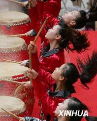 """年夏日文化广场系列活动""""拉开帷幕.在今后的两个月里,人们可以在..."""
