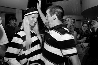 犯人裸检-...人馆推出了她的囚犯造型蜡像,吸引了很多游人-希尔顿提前进监狱报...