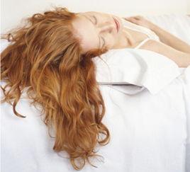作会造成头发与枕头摩擦,   摩擦的次数越多对头发造成的伤害就越大...