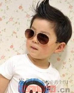 帅气的男孩可以招很多叔叔阿姨的喜欢,一个有个性的打扮可以让你的...