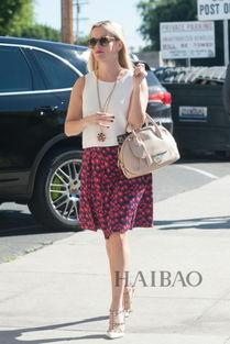 姐也色王梦溪-瑞茜·威瑟斯彭 (Reese Witherspoon) 穿白色无袖上衣搭半裙在洛杉...