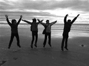 徐梦和家人在新西兰沙滩上合影-以前过个年,老人要张罗大半个月现...