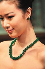 免费a片哥哥射530kkcom-模特儿颈上的翡翠玉珠颈链镶嵌卡地亚铂金钻石扣饰,估价高达3,800...