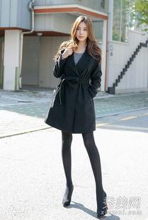 衣裙,下穿黑色丝袜和高跟鞋,轻松打造时尚look,气质出众.   【导...