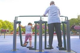 成人的健身器材对小孩子来说,明显尺码太大.-洛阳公园缺免费儿童...