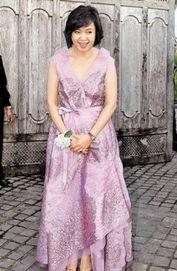 ...林月云身着昂贵礼服嫁女儿-侯佩岑巴厘岛结婚 将捧花献给妈妈