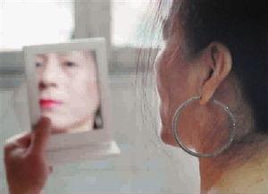 打吊针图片手女生-变性后,晓青喜欢把自己打份得很有女人味,但仍不敢公开女性身份