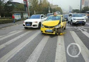 人的过程中遭遇车祸,被后方另一辆出租车追了尾,造成两车乘客不同...