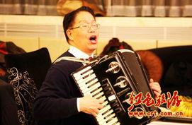 ...究会常务副会长萧鸣自拉自唱多个红色歌曲,引得掌声不断.(中红...