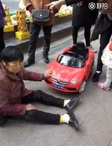 图为视频画面,老人表情痛苦.-大妈被幼童开玩具车撞后坐地不起 叫...