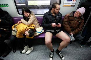 上海地铁猥琐男偷摸女子胸部 盘点地铁奇葩