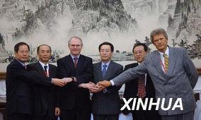 大伟(右三)、朝鲜代表团团长金桂冠(右二)和俄罗斯代表团团长拉...