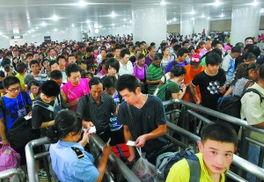 昨天,在北京西站的候车室,旅客检票进站上车. 本报记者  -铁路返程...