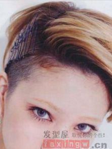 女生长发发型剃旁边