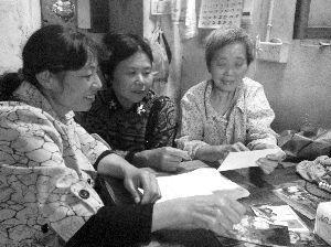 ...邻居一起回忆朱老太太生前往事-74岁房东老太照顾94岁房客14年