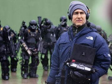 ...格·里曼在指导电影《明日边缘》的拍摄-明日边缘 科幻战争片的 西...