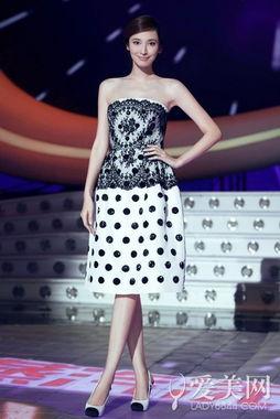 ...胸小礼裙+拼色高跟鞋-吴佩慈退出娱乐圈 昔日造型再欣赏
