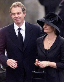 英国首相布莱尔年轻照片-英国首相布莱尔夫妇参加王太后葬礼