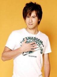 """的年约20岁""""丝袜妹""""到东吴大学打网球,他借教球之便展现熟男魅力..."""