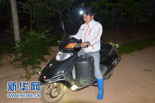 一龙三凤在线观看jpxieavcom- 陈春凤戴着胶灯,骑着摩托准备去离家不远的胶林割胶.    摄 4月18日...