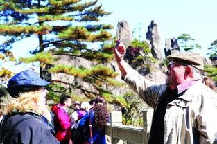 血染神巅-图4:来自五湖四海的中外游客正欣赏着大自然鬼斧神工的壮丽景色....