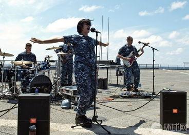 ...舰队的乐队在南中国海举行演出.-美国海军第七舰队女兵放歌南海 ...