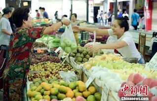 ...料图:图为农贸市场内民众正在购买水果.    摄 -CPI涨幅连续8个月...
