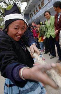 我为家乡添光彩手抄报米国内裤-3月8日,在广西南丹县里湖乡举行的欢度