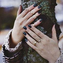 人人都说戒指单个儿戴不时髦,那究竟姑娘们该入手怎样的戒指才能适...