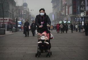 污一点的网名男生-上周,北京一名男子和他的孩子戴着口罩保护自己免受严重污染的空气...
