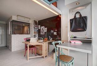 时光味道的台北复式   马卡龙色的海军凳,糖果般多彩的电视柜,都在...