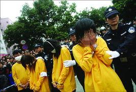 ...理大会上,一名女犯罪嫌疑人以手掩面.    摄 -福田警方大力扫黄 皮...