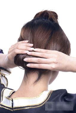 2.将U型区域外,脑后的头发梳成一个简单的发髻,用卡子固定,并藏...