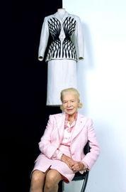 计的每一个时装系列中,都有一款... 法国文化部长、已故总统密特朗的...