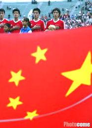 ...世铎现场为队员加油.图为在中国国旗的鼓励下,国奥队员开始了第...