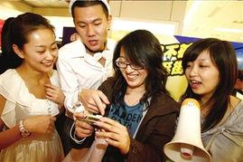 获得第一名的单身女孩展示照片.本报记者 -大学生商场内玩定向游戏