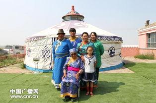 87岁的治沙女英雄斯琴格日乐和他的儿孙们在蒙古包前合影,他们的家...