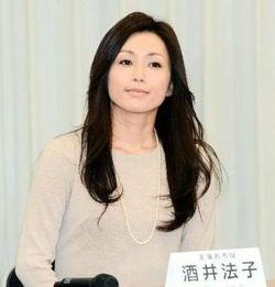 井法子复出后的第一部作品是舞台剧《碧空的狂诗曲阿市外传》,她在...
