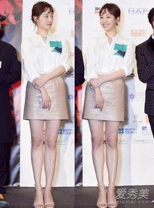 裸色短裙和裸色高跟鞋,清爽知性的look,看着真是舒服.   白百何穿...