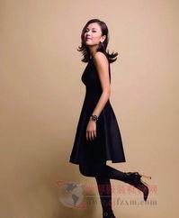 刘涛身穿黑色配上金属扣高跟短靴,一双黑色丝袜,显得十分性感,...