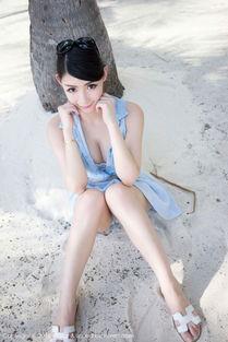 大眼美女少妇海边短裙写真秀乳沟