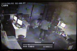 昨日凌晨2点43分,魏德明逃到一家网吧报警求救时的监控视频.-男子...