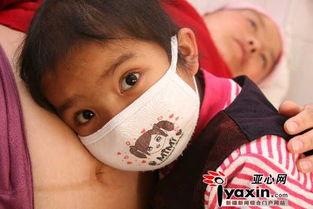 图为:6岁女儿马艳梅脸贴在妈妈的肚子上感受小宝宝的心跳和胎动,...
