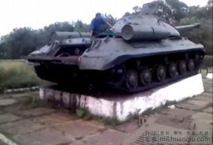 ...停在纪念碑上的IS-3坦克-乌多地亲俄武装修复二战坦克参战