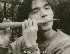 周杰伦年轻时的照片,照片中,周杰伦坐在机车上,拿着胡萝卜当笛子...