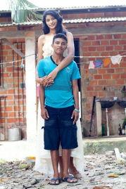 高女人欺负矮男人-5月7日消息,巴西萨利诺波利斯,世界最高少女17岁巴西女孩Elisany ...